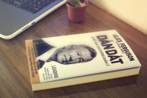 Mua sách dẫn dắt lãnh đạo chứ không quản lý